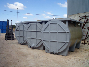 Horizontal tank with flat bottom oxidation cradles and lateral reinforcement