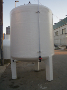 Vertical tank with legs